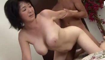 熟女の巨乳母さんが息子との近親相姦で中出しするエロ動画