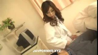ムッチリ巨乳メガネ女医が巨乳とデカ尻で触診するエロ動画