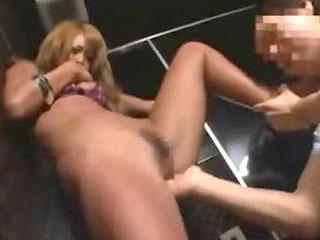 クラブのトイレでギャルと立ちハメで激パコセックスするエロ動画