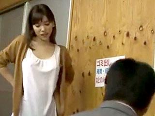 ノーブラで乳首ポッチしている美人妻がレイプされるエロ動画
