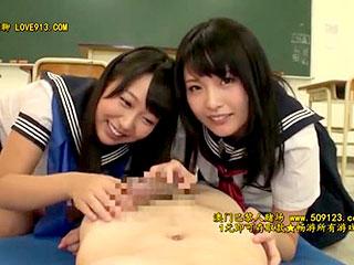可愛い女子校生2人が男子に手コキフェラ抜きするエロ動画