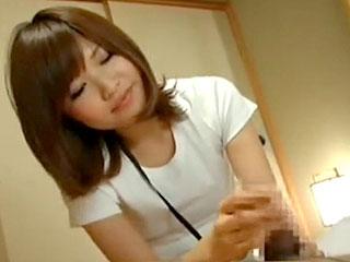 素人のお姉さんが着衣で手コキする風俗サービスのエロ動画