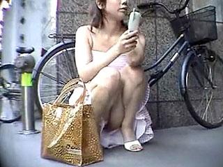 ミニスカ女子の座り込みパンチラ盗撮隠し撮りしたエロ動画