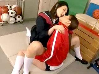 タチ女教師とネコ女子校生が制服で絡み合うレズ行為のエロ動画