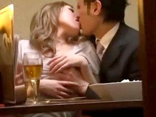 居酒屋でほろ酔いギャルが男を誘惑し店内でセックスするエロ動画