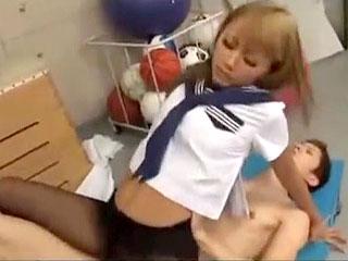 ギャルJKと体育倉庫で着衣のまま中出しセックスするエロ動画