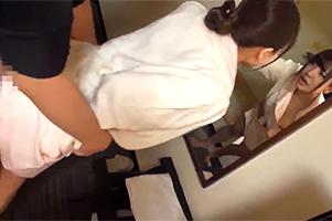【素人エロ動画】ナース服で歩いていた小児科勤務のハタチの可愛い看護婦さんを捕獲→お悩み相談ついでに半ば強引にエッチな方向に持っていった結果www