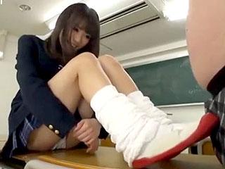 ルーズソックスで足コキする激カワ美少女JKのエロ動画