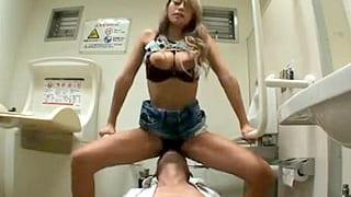 スケベな痴女のギャルが優先トイレで男にエロい事するエロ動画