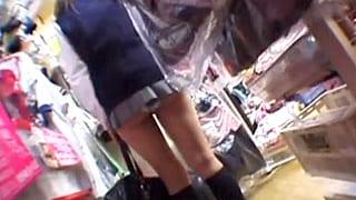 素人でスカート短すぎる制服着たJKたちを狙いパンチラを盗撮
