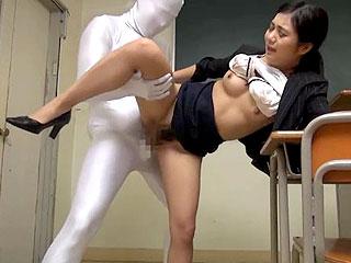 熟女教師が透明人間に襲われ中出しされてしまう企画系エロ動画