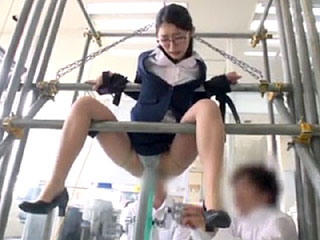 美人メガネ女教師を拘束して集団輪姦中出しレイプするエロ動画