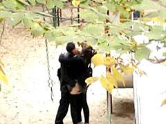 素人カップルが公園でセックスしている現場を盗撮したエロ動画