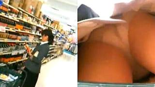 買い物カゴに忍ばせたカメラでパンチラ逆さ盗撮するエロ動画