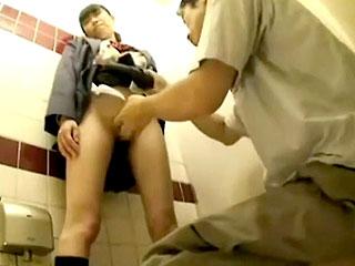 トイレで真面目そうな制服女子におじさんが中出しするエロ動画