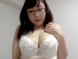 地味メガネ巨乳人妻成澤ひなみの体を触りまくるエロ動画