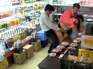 閉店間際のスーパーで人妻がレイプ中出しされるエロ動画