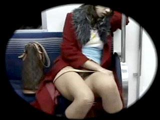 電車でうたた寝した素人女性のパンチラを盗撮したエロ動画