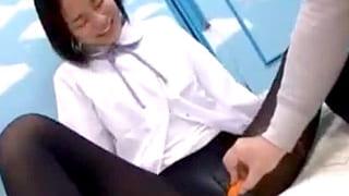 修学旅行中の女子高生たちにMM号でエッチな事するエロ動画