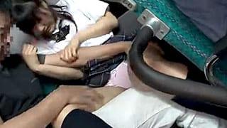 バスの車内で真面目そうなJKを痴漢して無理矢理にレイプするエロ動画