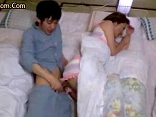 父親が寝ている横で母親に夜這いしてセックスする近親相姦エロ動画