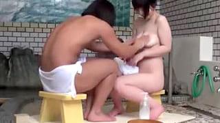 女子大生で巨乳のお姉さんと大学生の弟に2人で温泉に入らせて隠し撮り