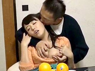 仲のいい夫婦の人妻をすぐ傍に旦那が居るのに痴漢してSEXする動画