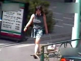 道行く素人で巨乳のお姉さんを望遠カメラでフォーカスして盗撮した動画