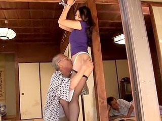 爺さんが息子の近くで美人嫁の手を縛り近親相姦のセックスをする動画