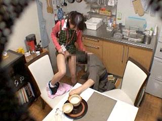 可愛いヘルパーが介護してるお爺さんにハメられるエロ動画