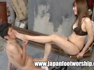 ドS美脚お姉さまがM男に足コキする調教プレイのエロ動画