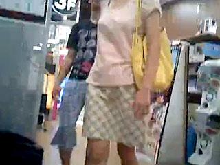 素人カップルの彼女を狙いスカートの中を盗撮したエロ動画