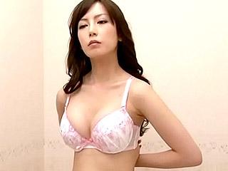 下着ショップの試着室で巨乳美女の試着を盗撮したエロ動画