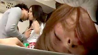 淫乱美女が友達の彼氏を誘惑し裏切りのフェラ抜きをするエロ動画