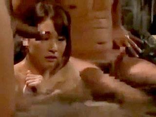 混浴温泉で巨乳人妻が寝取られ中出しセックスするエロ動画