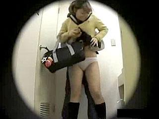 女子トイレで女子校生にスカート捲りする隠し撮りエロ動画