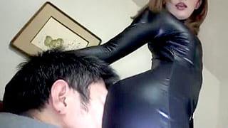 淫乱お姉さんがM男を誘惑挑発する痴女プレイのエロ動画