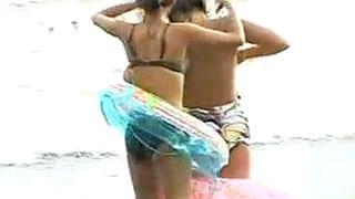 海水浴を楽しむ素人水着女子の乳首チラを盗撮したエロ動画