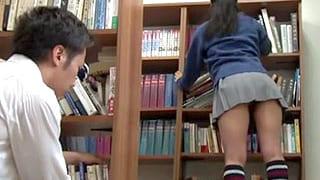 パンチラしてる女子高生にイタズラしてエッチな事するエロ動画