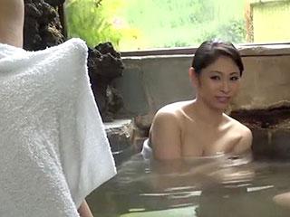 混浴の温泉で巨乳の人妻が他人の男と不倫セックスをするエロ動画