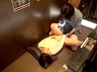ネカフェで素人の学生にハメ撮りさせて隠し撮りしたエロ動画