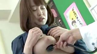 婦人科に診察にきた女性に先生が媚薬を塗りキメセクで中出しする動画