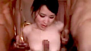 巨乳人妻が医師の命令で多人数相手にフェラするエロ動画