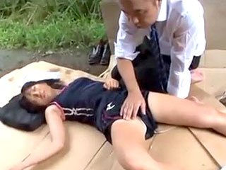 【JKエロ動画】部活の練習中にぶっ倒れてしまった陸上女子を助けたリーマンが汗を弾くムチムチの若い肌にムラムラ欲情して理性崩壊!