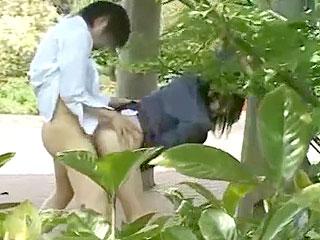 公園で野外セックスする制服カップルを盗撮したエロ動画