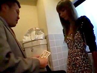 ビッチな黒ギャルが公衆トイレでリーマンに手コキや素股する援交動画