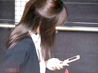 スーツ姿の素人OLお姉さんの乳首チラを盗撮したエロ動画