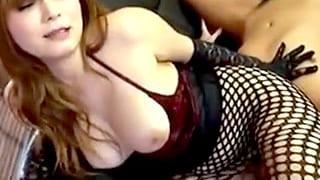 美女が手袋で手コキし網タイツごしに尻コキするフェチ系エロ動画