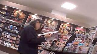 素人で制服姿の女子高生をつけ狙いパンチラを盗撮したエロ動画