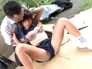 部活中に倒れた陸上部の女子を助けた男が野外レイプするエロ動画